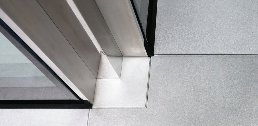 Mirror-polished stainless steel profiles inserted into the window joints